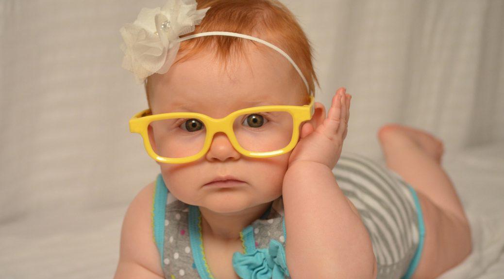 Bebe portant des lunettes